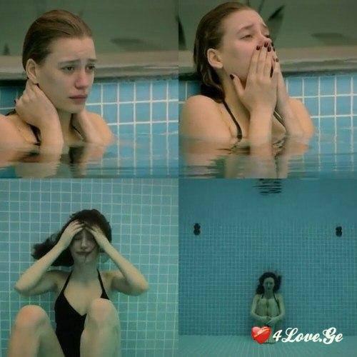 девушки на дне бассейна натягивала