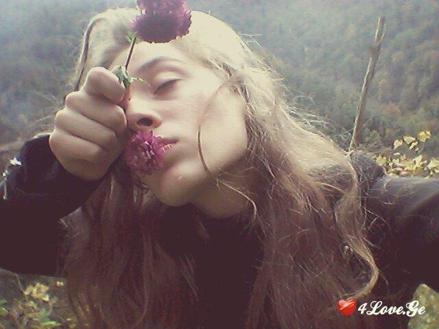 ისევ ჩურჩულებს ყვავილები