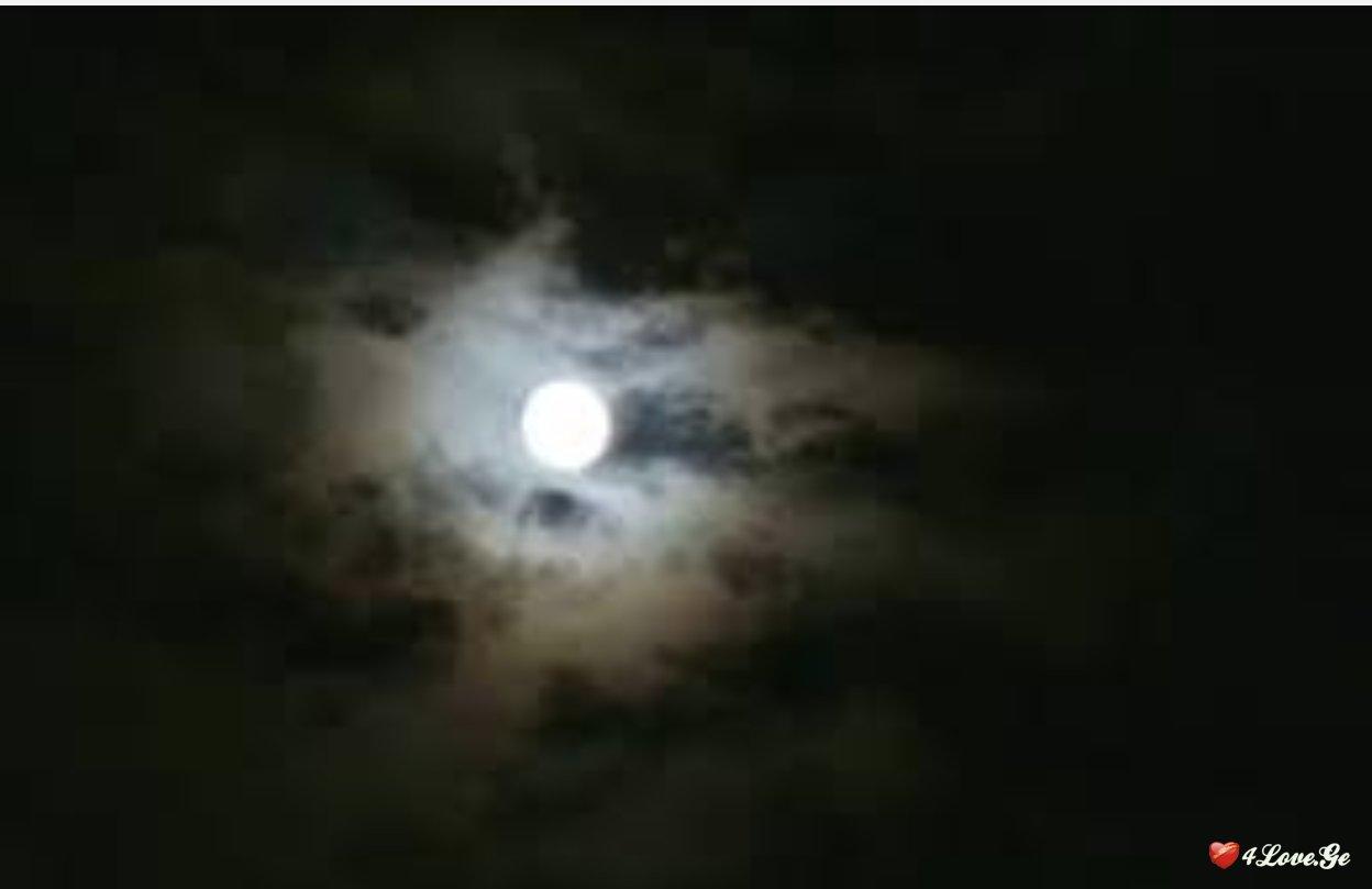 მთვარე, ღრუბელი და სინათლე