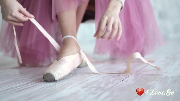 გოგონა ვარდისფერი პუანტებით (სრულად)